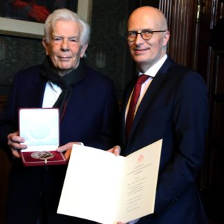 Christoph von Dohnányi und Dr. Peter Tschentscher bei der Verleihung der Brahms-Medaille